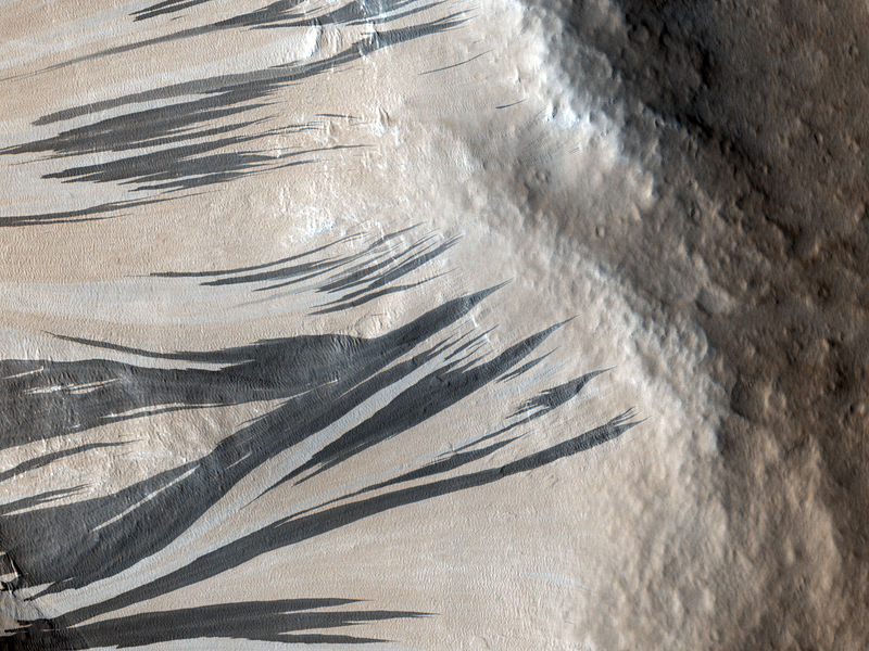 800px-Slope_Streaks_in_Acheron_Fossae_on_Mars.jpg