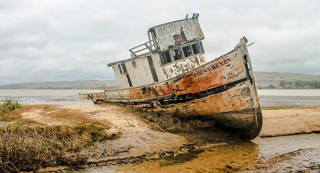 shipwreck-2096945_640.jpg