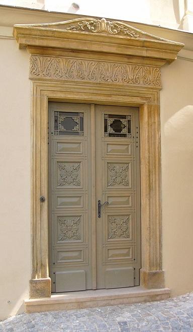 640px-Classicism_door_in_Olomouc.jpg